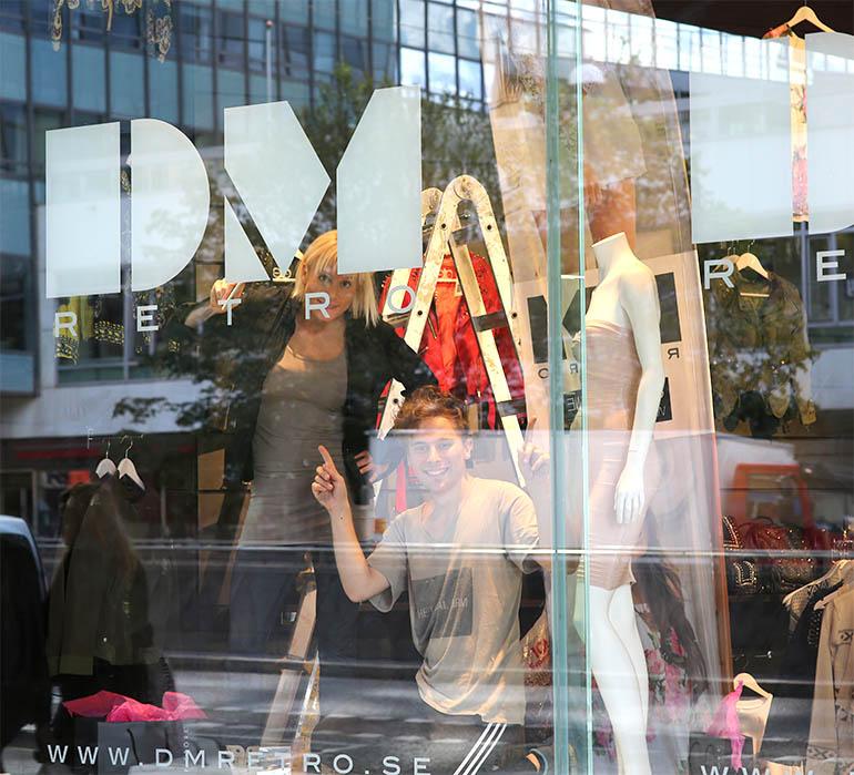 Skyltfönsterdekor på Dennis Maglics D.M. Retro av Monroe Design