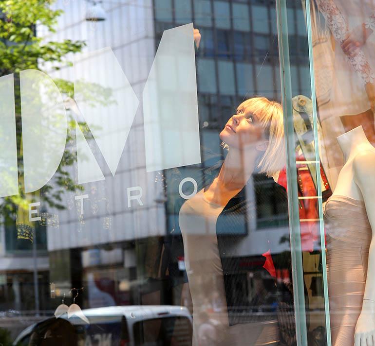 Skyltfönsterdekor med Dennis Maglic och Angela Monroe