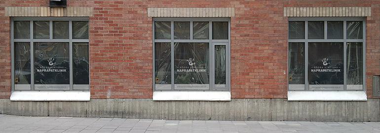 Frostad logotyp på skyltfönster i Stockholm av Monroe Design