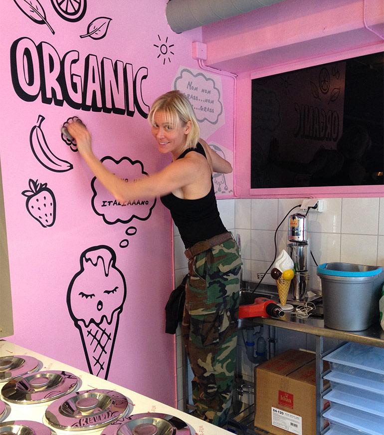 Angela Monroe monterar väggdekor på StikkiNikki Paradiset i Stockholm