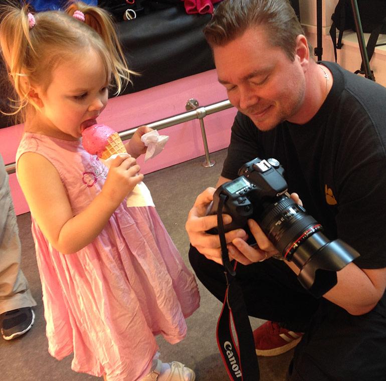 Daniel Lagerborn visar foto för liten glasstjej