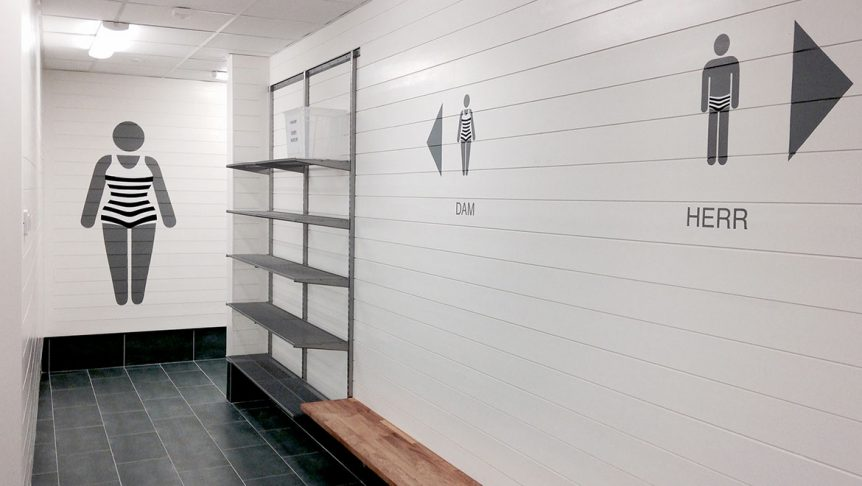 Skylt omklädningsrum simhall dam och herr Bro Simhall Monroe Design