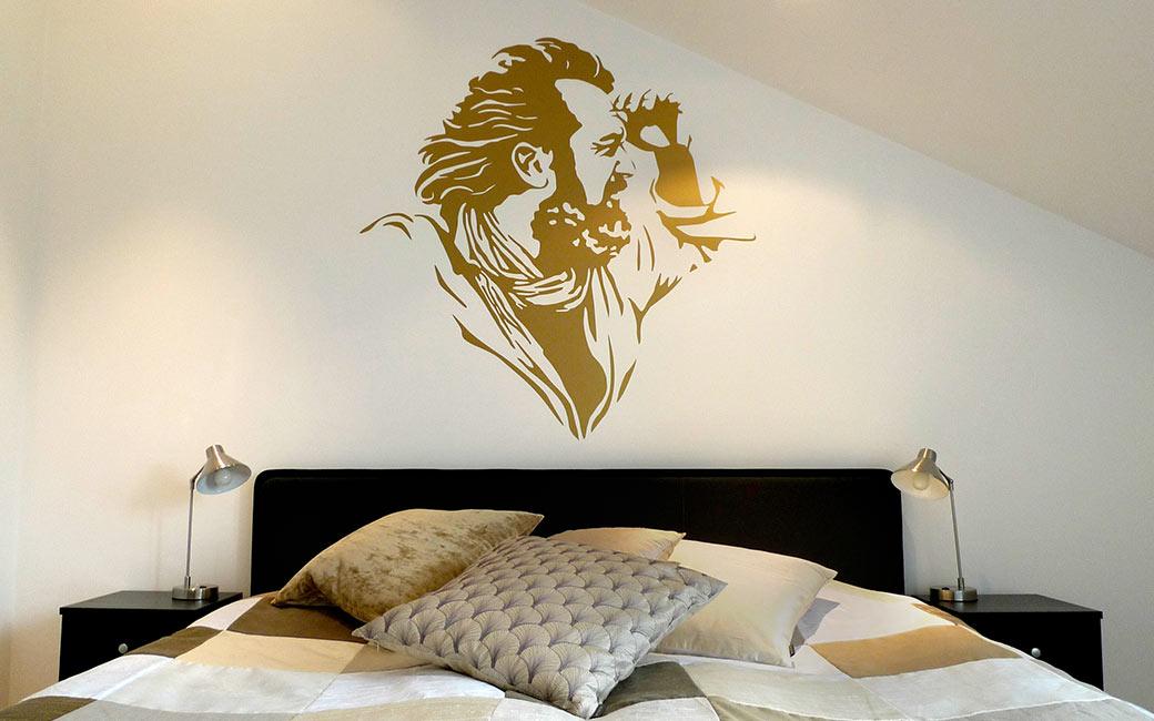 Stilrent porträtt som väggdekor i guld av MONROE DESIGN i Stockholm