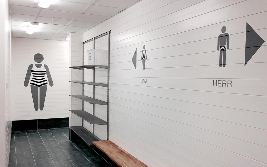 Skylt omklädningsrum dam och herr på Bro Simhall - MONROE DESIGN AB